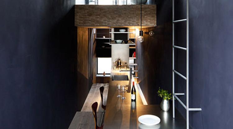 طراحی داخلی و معماری ساختمان کوچک به عرض ۲/۵ متر