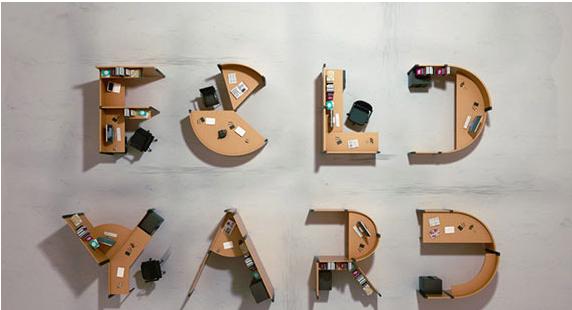 طراحی داخلی دفتر اداری با میز هایی به شکل حروف الفبا